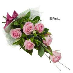 Букет от шест розови рози и зеленина