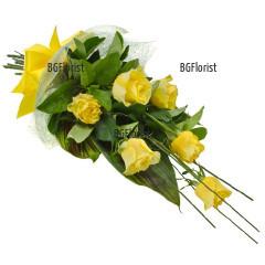 Доставка на букет от жълти рози и зеленина в София