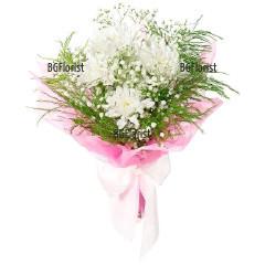 Доставка на букет от бели хризантеми и зеленина