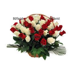 Доставка на Кошница с бели и червени рози в Русе