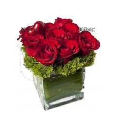 Send arrangement of roses in glass cube