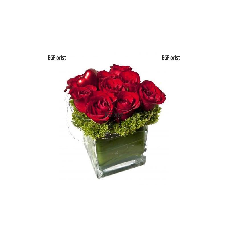 Доставка на Аранжировка от рози в стъклен съд