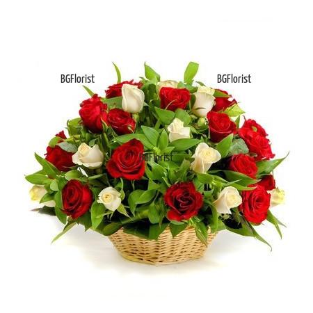 кошница с червени и бели рози