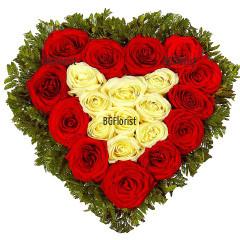 Любовен шепот - сърце от бели и червени рози