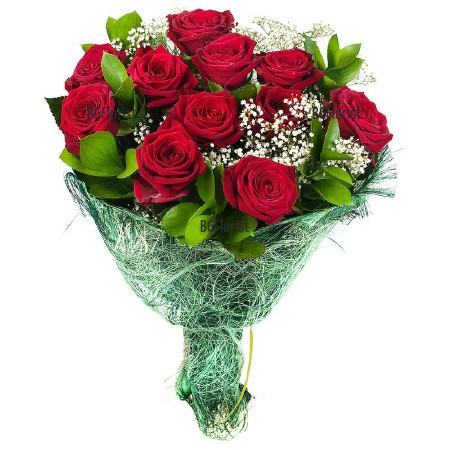 Доставка на букет от червени рози и зеленинa