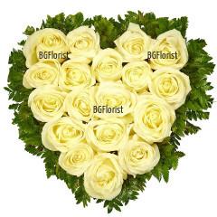 Доставка на сърце от бели еквадорски рози с куриер