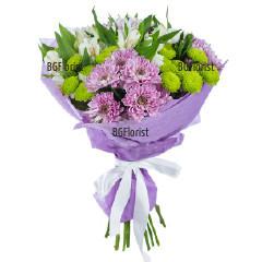 Букет от разнообразни цветя и зеленина