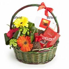 Поръчка на кошница с цветя и подаръци онлайн