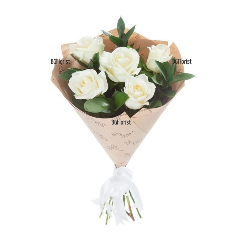 Нежен букет от бели рози