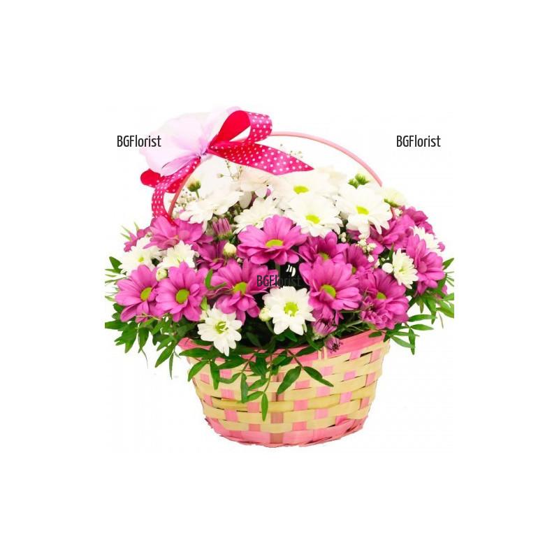 Кошница с бели и розови хризантеми